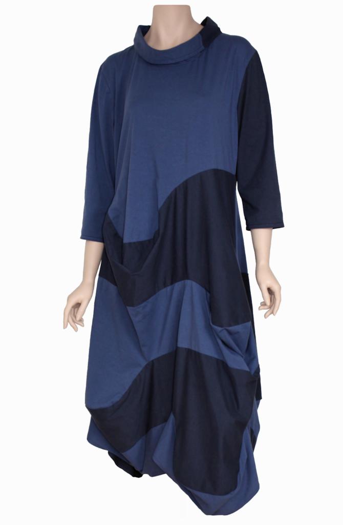 Een eigentijdse en comfortabele jurk van paars blauwe tricot.