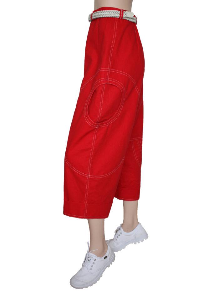 Rode damesbroek met opvallende zakken.
